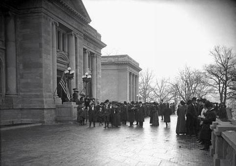 Colas en la entrada de la exposición de Sorolla en la Hispanic, 1909