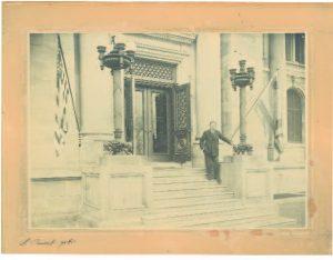 Joaquín Sorolla en la puerta de la Hispanic Society, 1909