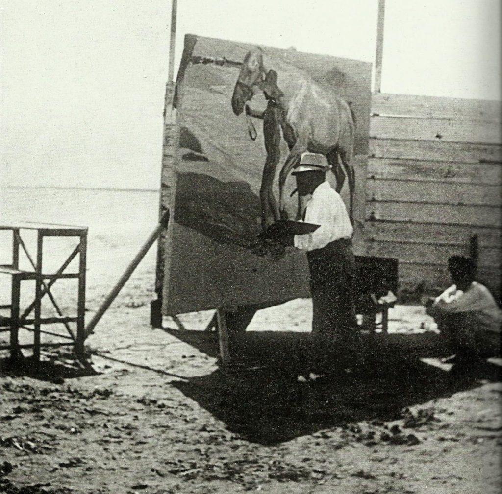 Joaquín Sorolla pintando en El Cabañal (Valencia), agosto-septiembre de 1909. Fotografía de J.A. Esparza. Museo Sorolla, Madrid
